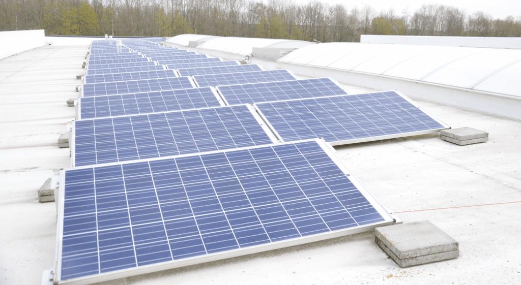 Panneaux solaires photovoltaïques sur l'entrepôt des matelas memorypur